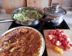 Okurka na pánvi s rajčaty a omoletou